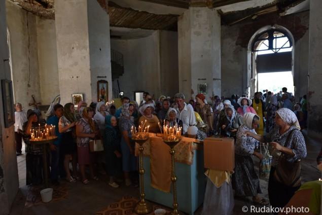 Участники Крестного хода в Храме Христа Спасителя в селе Старая Ольшанка