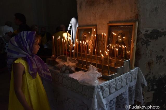 Юная участница Крестного хода в Храме Христа Спасителя (село Старая Ольшанка)