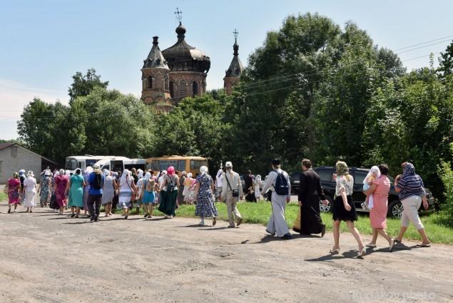Крестный ход входит в Старую Ольшанку