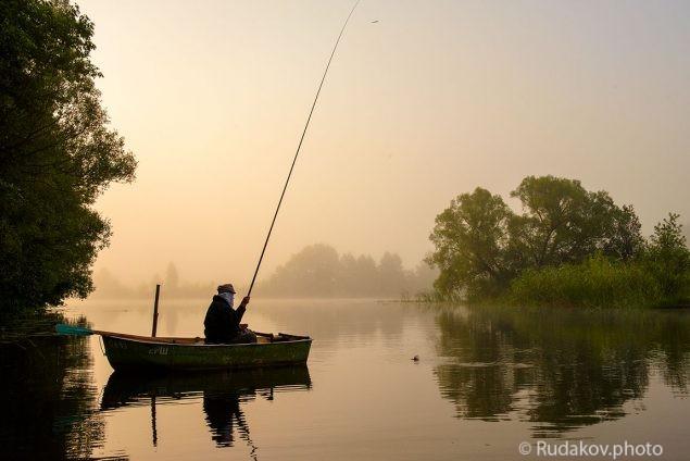Слепой рыбак Дмитрич ловит рыбу