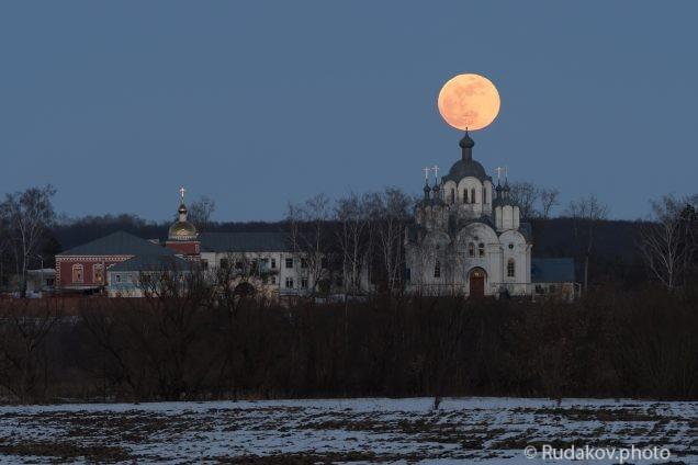 Сухотинский Знаменский монастырь в ночь полной луны