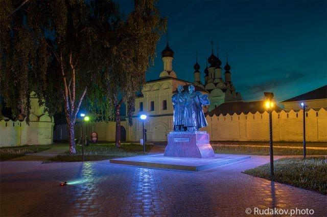 Памятник святым Петру и Февронии  у Благовещенского мужского монастыря в городе Муроме
