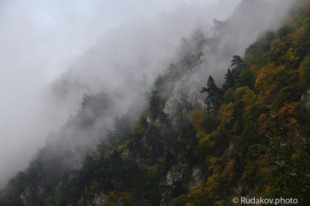 Склон Кармадонского ущелья укрытый низкими облаками