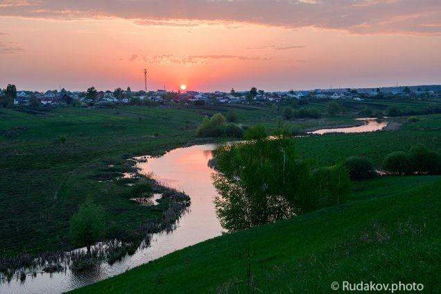 Закат над вечерней рекой
