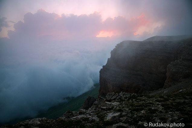 Облака и туман закрывают последние лучи заходящего солнца над плато Канжол