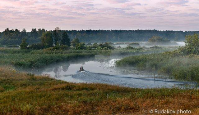 По туманной реке