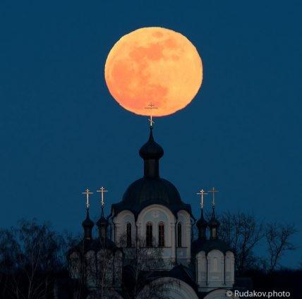Полная луна над куполами Знаменского Сухотинского женского монастыря