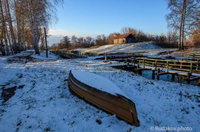 Первый снег на заброшенном шлюзе