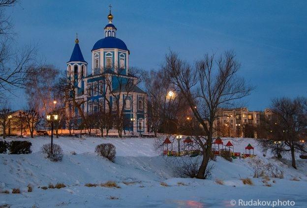 Покровская церковь в утро уходящей луны