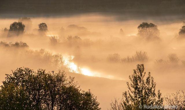 Река под рассветным туманом