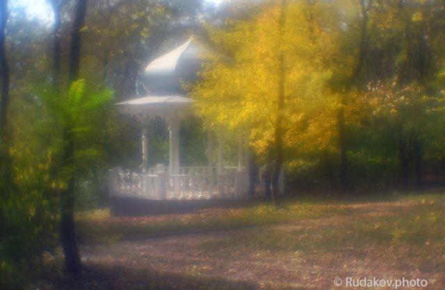 Осень, беседка, двое