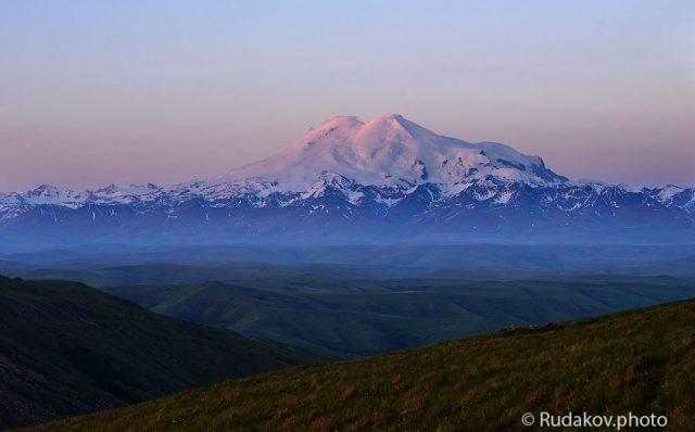 Розовеющие вершины. Вид на Эльбрус с плато Бермамыт